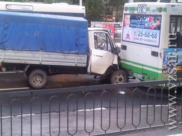 """Как сообщает портал  """"ЧП Саратов """", автобус маршрута 18  """"Д """"... Фото портала."""