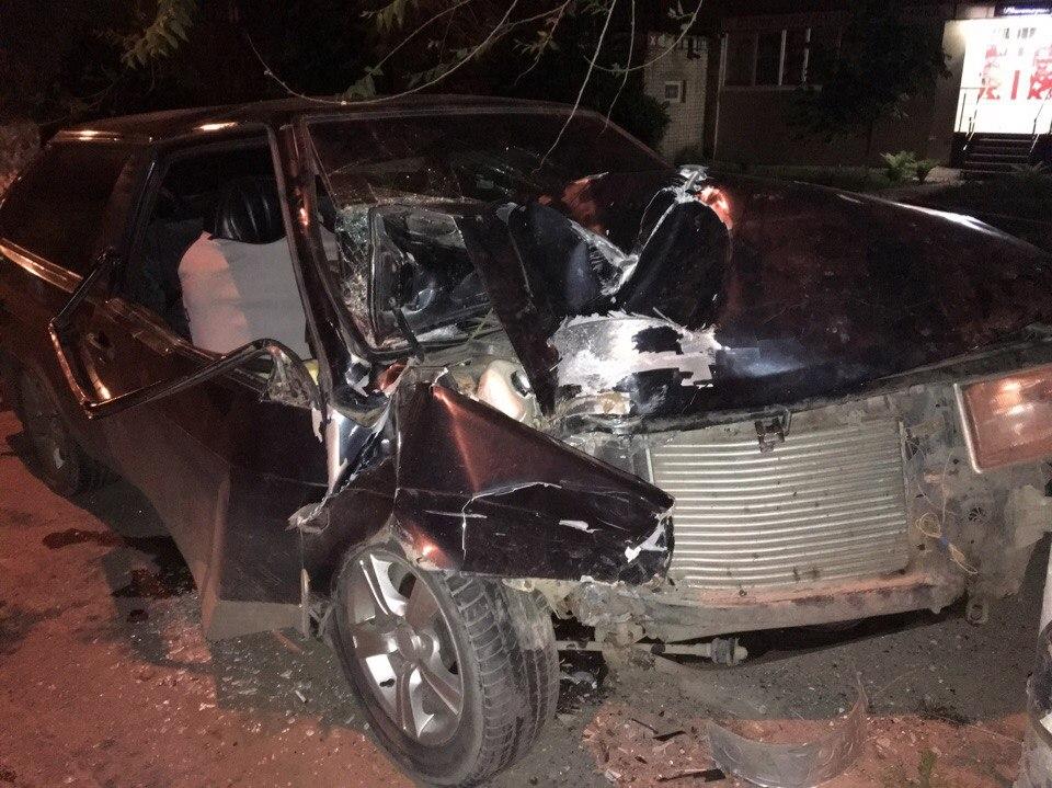 НаШелковичной автомобиль врезался встолб. Пострадала 15-летняя девочка