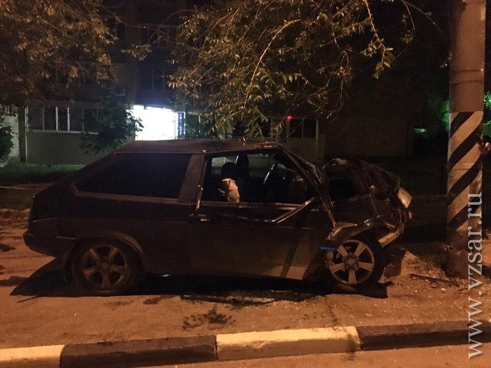 Впротаранившей столб «Ладе» пострадали 2 юношей и16-летняя девушка