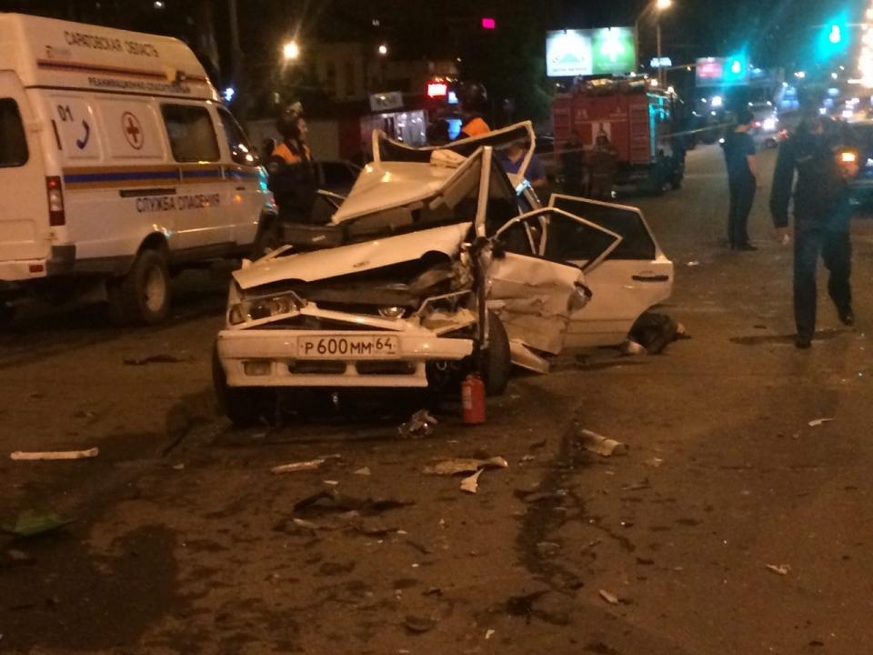 Два человека погибли вДТП смотоциклом ипятью машинами вСаратове