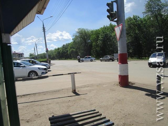 НаСТО вЭнгельсе бойцы Росгвардии разминируют автомобиль