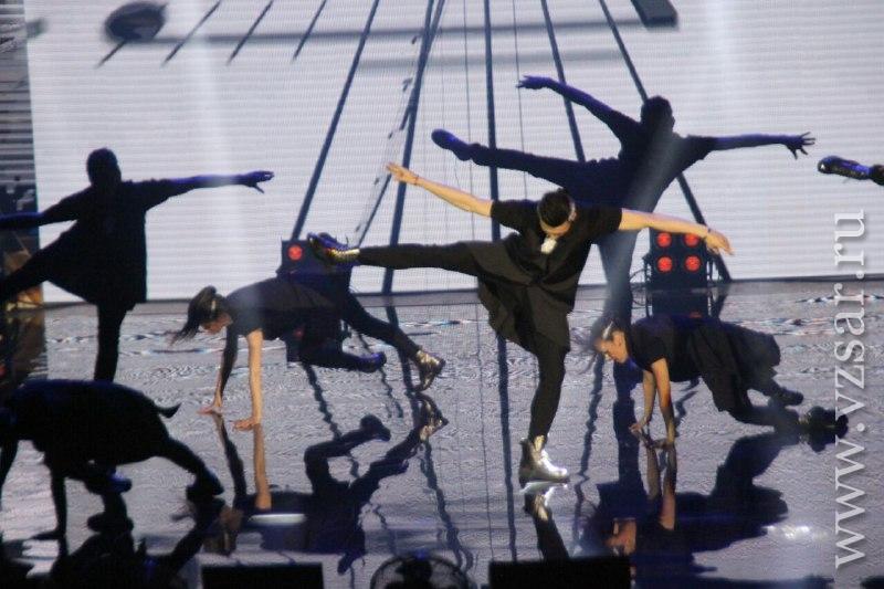Ночью наТеатральной площади заканчивали монтаж сцены для «Розы ветров»