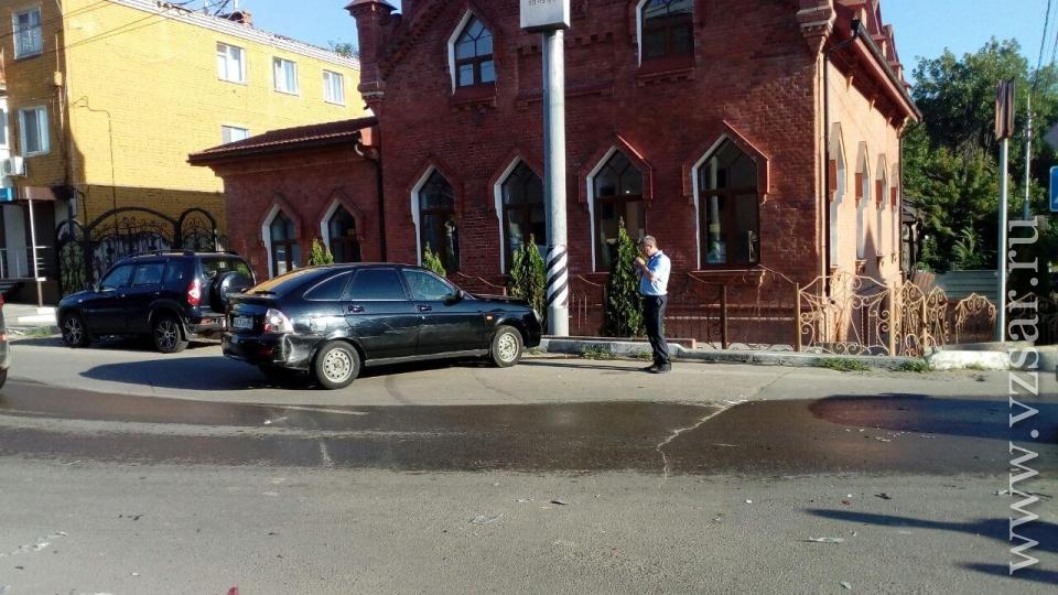 Вцентре Саратова «Лада Приора» столкнулась синомаркой исбила пешехода