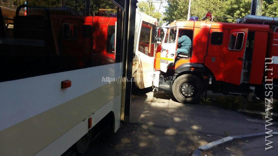 Пожарная машина протаранила трамвай