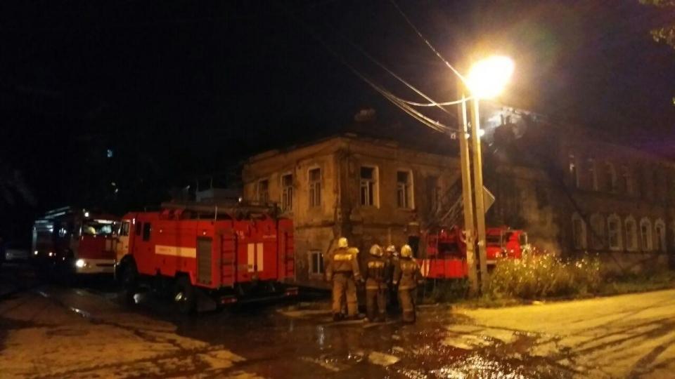 Утром двое неизвестных погибли впожаре вцентре Саратова