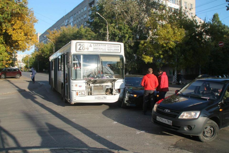 Два пассажира энгельсского автобуса пострадали встолкновении синомаркой