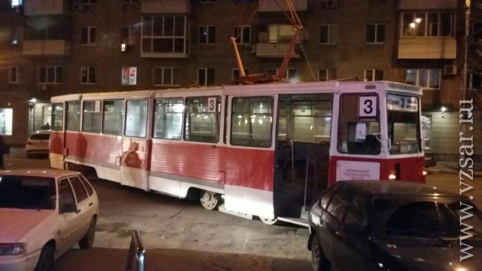 Вцентре Саратова трамвай сошел срельсов иврезался в легковую машину