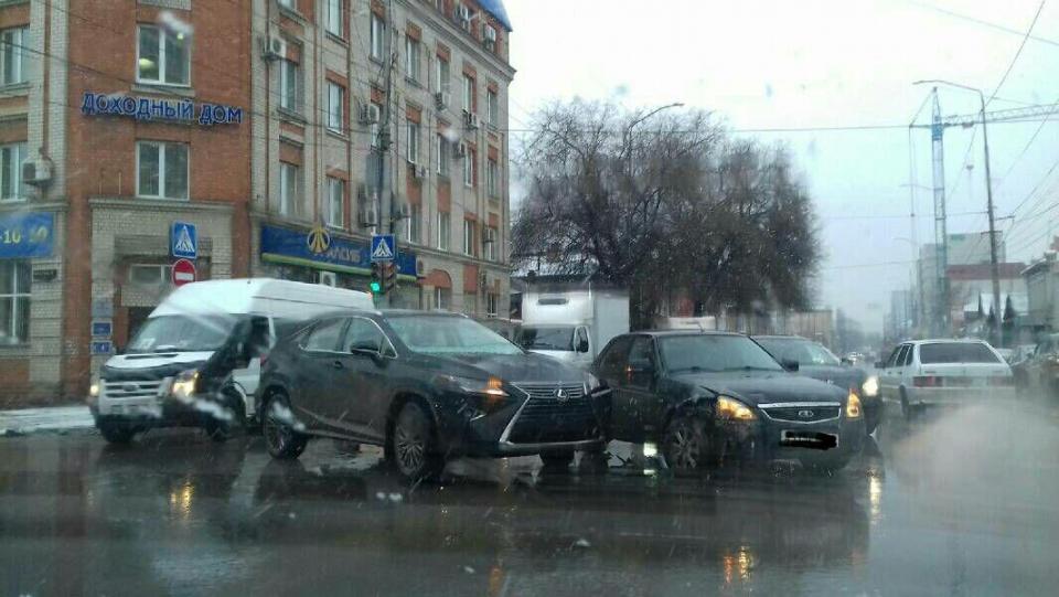 Пассажирка «Приоры» угодила в поликлинику после столкновения с«Лексусом»