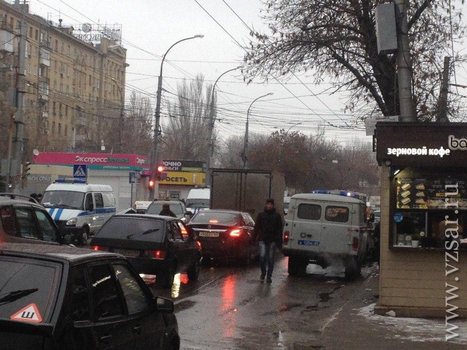 НаВавилова оцепили остановку из-за подозрительной коробки