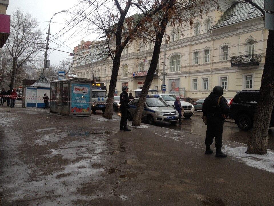Полицейские огородили сигнальной лентой улицы вцентре Саратова: наместе работают саперы