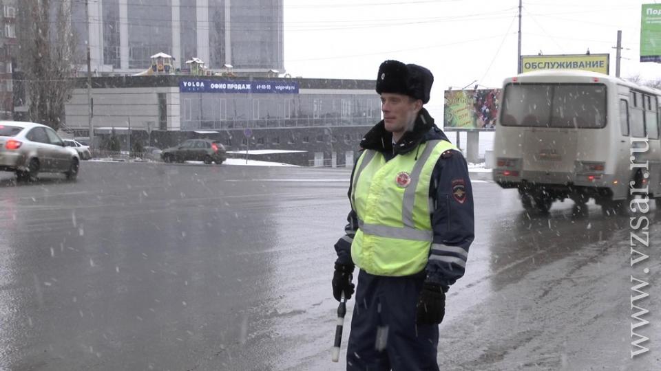 Саратовские инспекторы спасли женщину, которая хотела спрыгнуть смногоэтажки