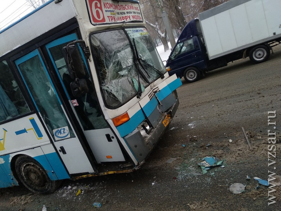 Два человека доставлены вбольницу в итоге столкновения автобусов