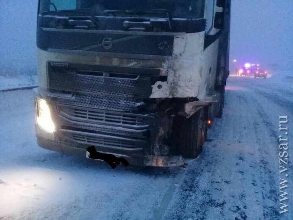 Под Вольском вмассовом ДТП савтопоездом умер шофёр кроссовера