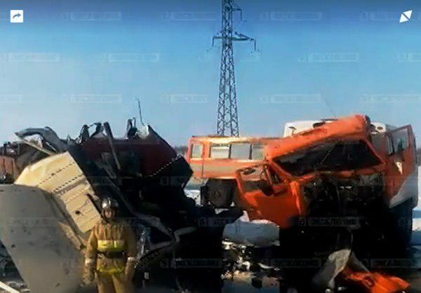 Автобус свахтовиками столкнулся с фургоном наЯмале