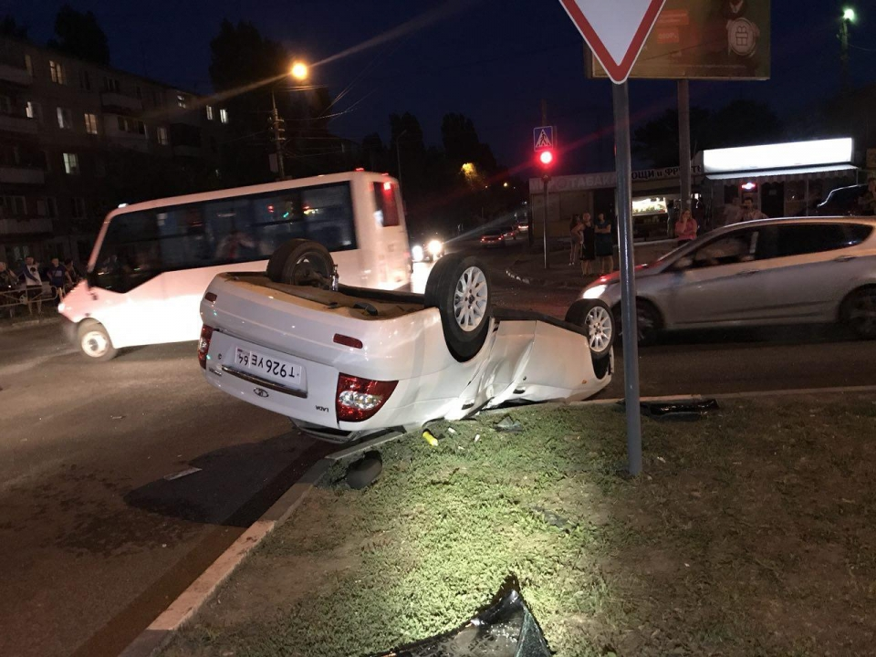 НаАнтонова нетрезвый шофёр опрокинул машину с дамой и сыном