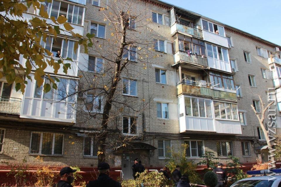 Не смогла пережить развод: в Саратове мать выбросила с четвертого этажа маленьких дочерей