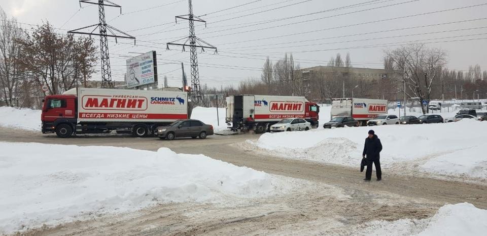 """В Саратове автомобили сети супермаркетов """"Магнит"""" заблокировали движение транспорта."""