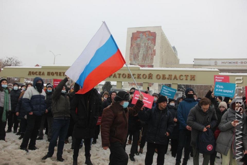 Сторонники  Алексея Навального заняли Театральную площадь Саратова