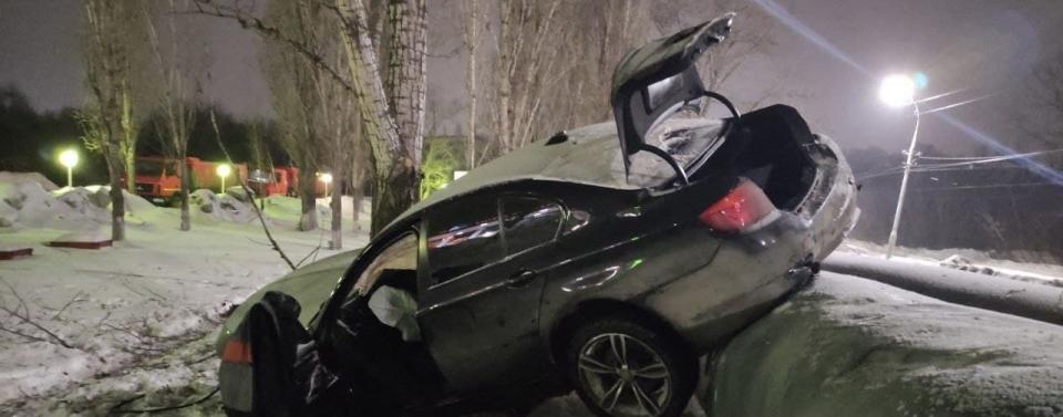 В Заводском районе города Саратова перевернулся BMW. Есть пострадавшие