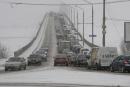 Авария на мосту Саратов-Энгельс блокировала движение на одной из полос.