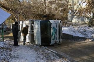 В Кировском районе перевернувшийся грузовик заблокировал движение