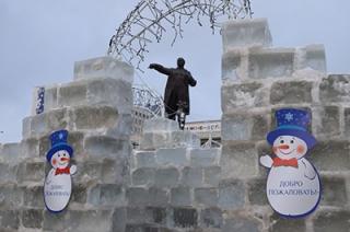 На Театральной площади завершено строительство ледяного городка