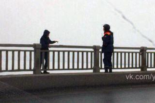 Спасатели сняли молодого человека с перил моста Саратов-Энгельс