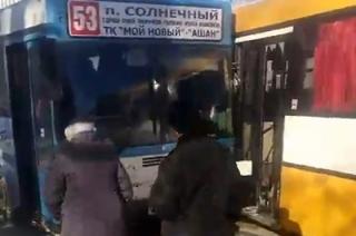 В погоне за пассажирами на Стрелке столкнулись 11-й и 53-й автобусы