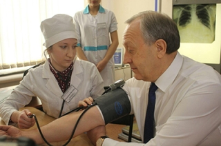 Студенты медколледжа измерили давление Валерию Радаеву