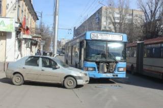 "В центре Саратова столкнулись автобус и ""Рено Логан"". Пострадали две пассажирки"