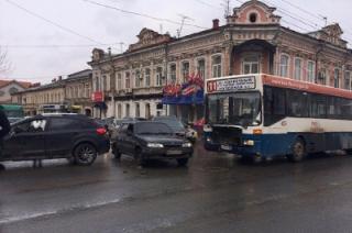 В ДТП на Московской с участием 11-го автобуса пострадали три человека