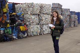 На мусороперерабатывающем комплексе провели экскурсию для школьницы и ее папы