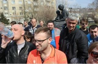 Около 100 таксистов провели протестную акцию в центре Саратова