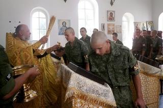 Саратовских новобранцев благословил священник