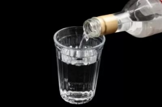 Минимальная розничная цена на бутылку водки выросла до 205 рублей