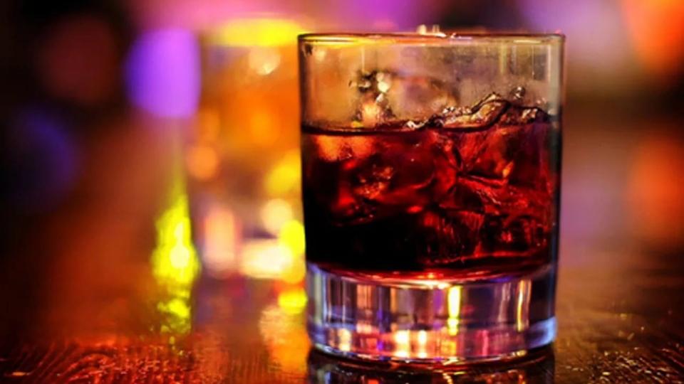 Мужчина похитил измагазина виски иколу, однако коктейль составить неуспел
