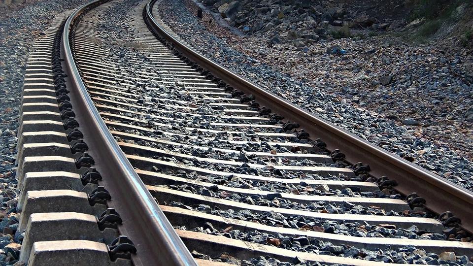 Задавленная поездом женщина переходила пути вкапюшоне инаушниках