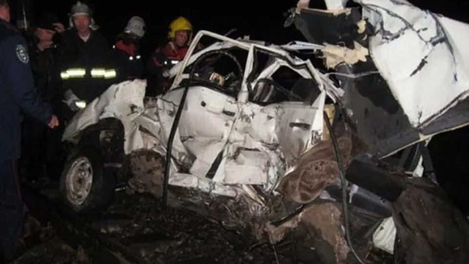 Поезд врезался в легковую машину напереезде под Саратовом, пострадали два человека