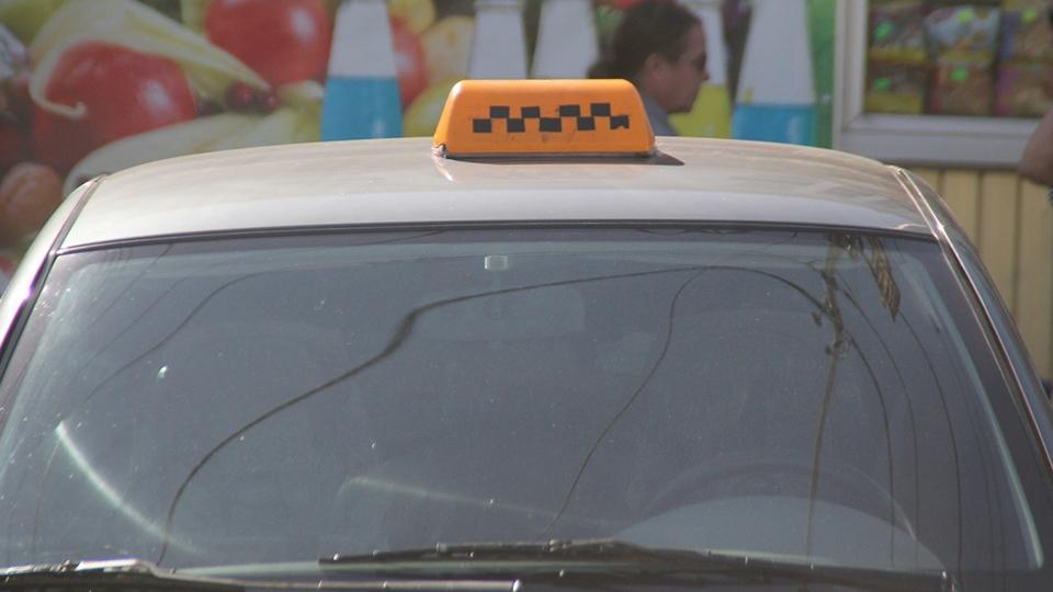 Пассажир перерезал горло таксисту иуехал наего «семерке»
