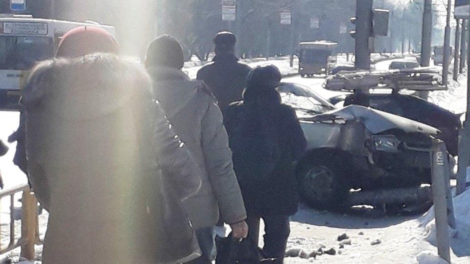 Напроспекте 50 лет Октября «Лада» покалечила пешехода иснесла светофор