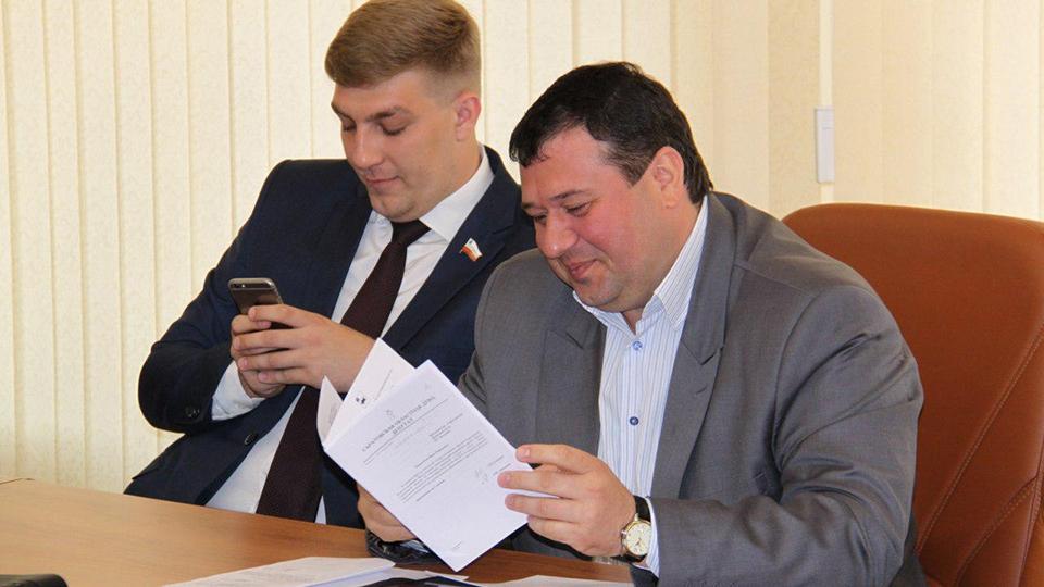 Депутат пригласил чиновницу вмагазин запродуктовой корзиной